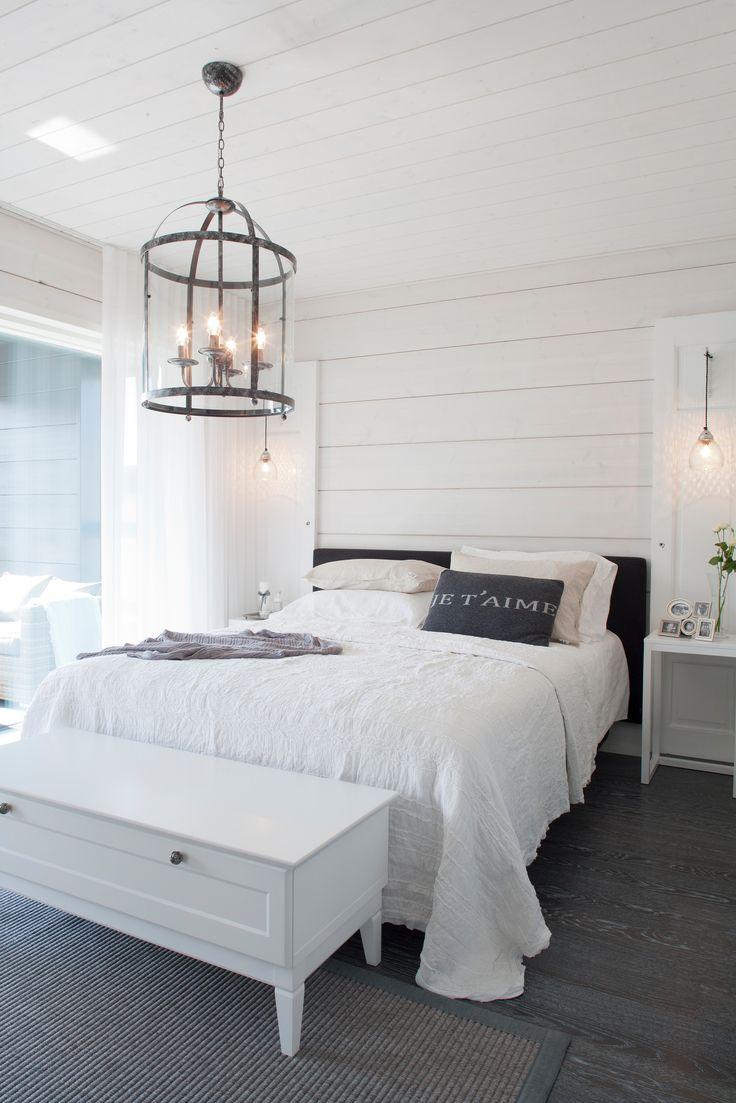 Vanhempien makuuhuoneeseen on saatu lisäsäilytystilaa talonpoikaistyylisellä Hanko-tasolla.