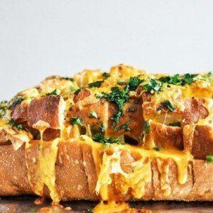 Горячий бутерброд с чеддером и зеленью