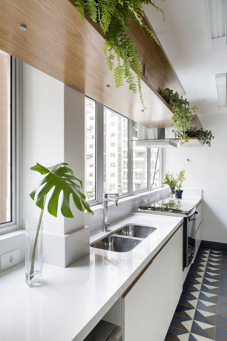 Como a ideia era incorporar a natureza e o verde ao projeto, foi preciso escolher um piso de fácil manutenção, já que a sala de estar ganharia uma parede verde com irrigação automática. O piso escolhido foi um porcelanato.