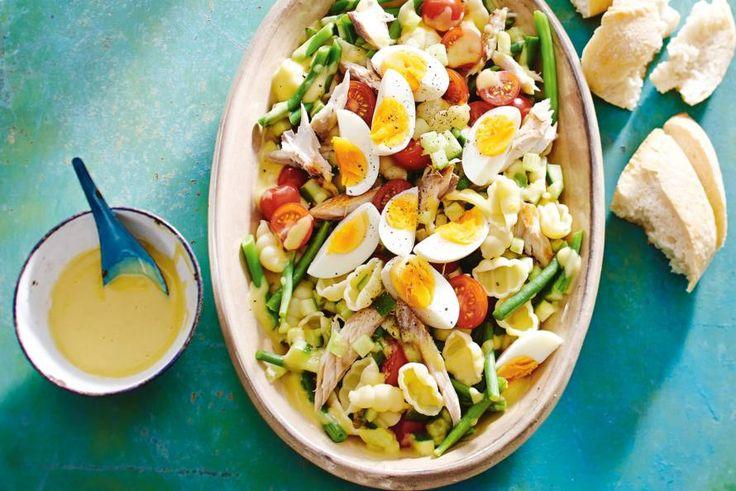 Salade niçoise, maar dan met pasta in plaats van aardappelen en makreel in plaats van tonijn. Recept - Pastasalade niçoise - Allerhande