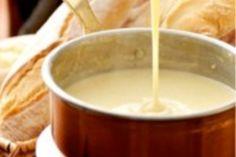 Fondue de queijo  300g de queijo gruyère ralado    300g de queijo estepe ralado    350g de queijo ementhal ralado    1 dente de alho sem casca (inteiro)    180ml de vinho branco seco 50ml de kirsh (aguardente de cereja)    1 colher de chá de amido de milho    150ml de creme de leite fresco    Baguete em cubinhos para acompanhar