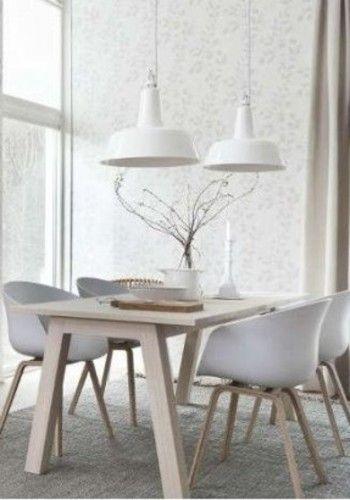 ダイニングテーブルはホワイト×ベージュで統一させると清潔感のある空間になります。