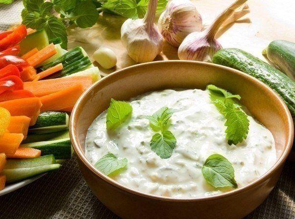 Еще больше рецептов здесь https://plus.google.com/116534260894270112373/posts  ТОР - 7 Низкокалорийные соусы на основе йогурта  При приготовлении рекомендуемых нами заправок используйте йогурт без добавок.  Предлагаем вам несколько рецептов соусов, которые, надеемся, придутся вам по вкусу:  1. Смешайте стакан йогурта с двумя столовыми ложками лимонного сока, добавьте зелень, отлично подойдет укроп, посолите по вкусу.  2. Хорошо размешайте стакан сметаны с одной столовой ложки готового хрена…