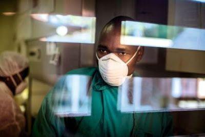 Cuando el VIH se resiste Un nuevo estudio muestra que los medicamentos habituales no son efectivos en uno de cada cuatro pacientes en Mozambique. El reto es hacer accesible el diagnóstico y el tratamiento de segunda línea en los países en desarrollo Pablo Linde   El País, 2015-06-17 http://elpais.com/elpais/2015/06/16/planeta_futuro/1434469750_093468.html