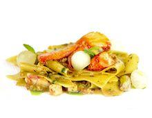 Stracci di pasta alla menta con pistacchi, melone e astice