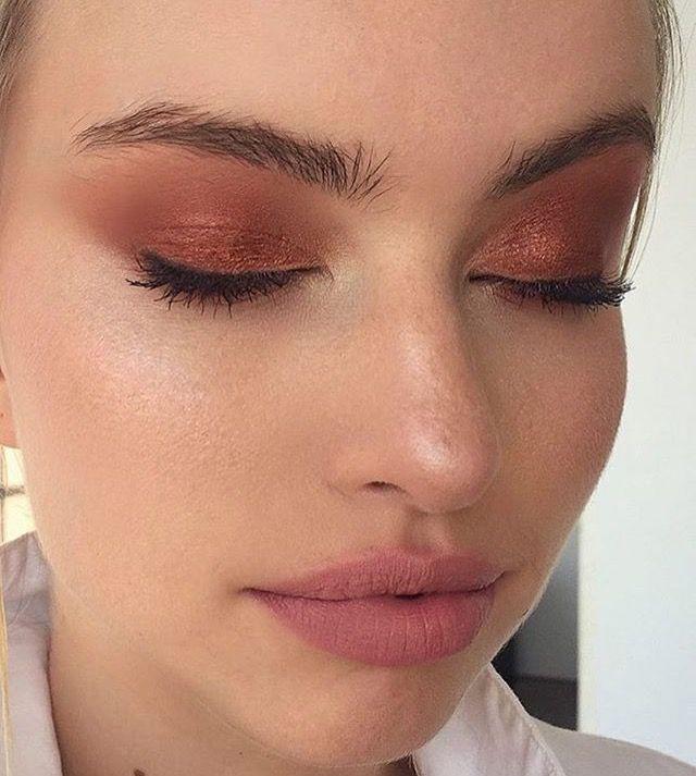 rauchige Augen, kühner Lippenstift und Nagelkunst. Schönes, natürliches Make-…
