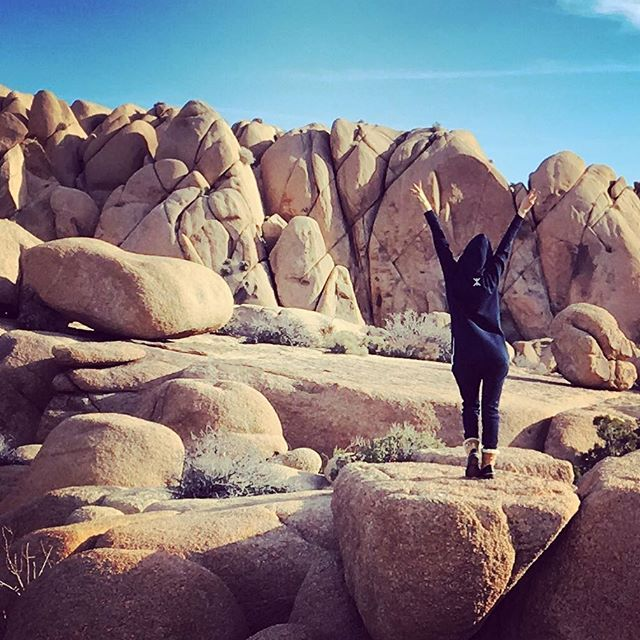 @shawntary climbing jumbo rocks at the Joshua Tree National Park - California✌🏼 woth her Original Onesie  #playoutside #California #JoshuaTreeNationalPark #rocks
