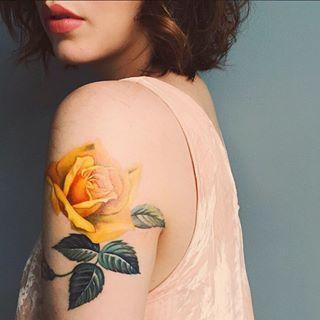 Une fleur délicate. | 17 tatouages d'épaule qui pourraient vous donner des envies