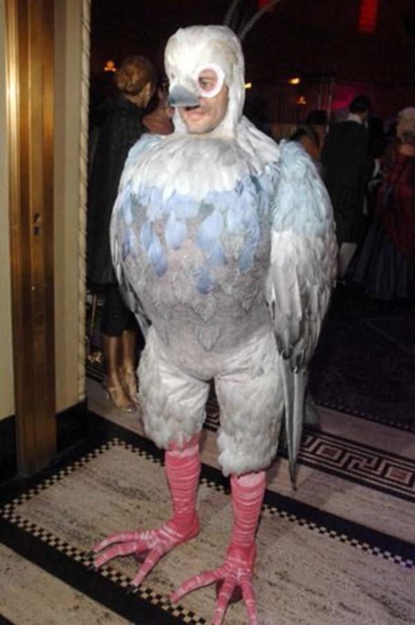 マーク・ジェイコブスの鳩のコスプレ写真、シルヴァン・ショメの《老婦人とハト》っぽくてかなりヤバみがある