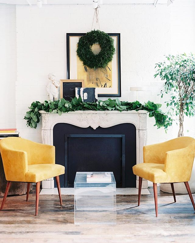 For a truly stylish take on Christmas decorating, limit your décor to simple greenery in the form of garlands and wreaths. For more budget-friendly ideas, click the link in our bio. | Photo by @PatrickCline_ for @LonnyMag.