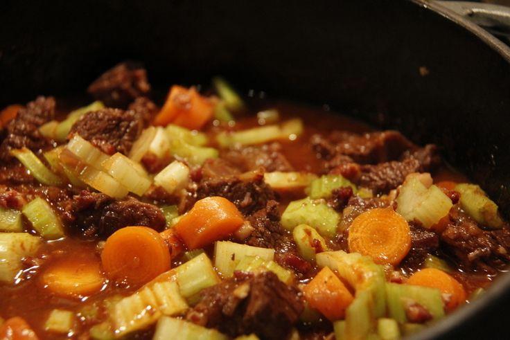 Een heerlijke stoofschotel voor in de winter. Geduld en lekkere ingrediënten geven een goddelijk resultaat.