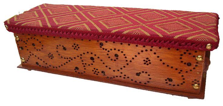 CLAF - Lindo Cofre Puntillismo en Madera (COD 511 - Cofre) En madera MDF Pintado y barnizado. Frente en puntillismo. Tapa acolchada y tapizada. Medidas: - Frente: 38 cm - Ancho: 14 cm - Alto: 11 cm Precio: $ 4.500 www.claf.cl