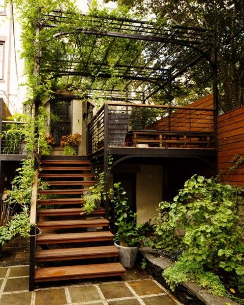 裏庭からウッドデッキのバルコニーに上がる階段