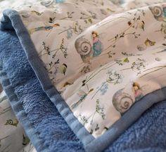 Aus dem zauberhaften Stoff Elfenträume, den wir auch im aktuellen acufactum-Buch Winter im Elfenwald verarbeitet haben, habe ich jetzt (endlich) auch eine kleine Serie von Kissen, Decke und zuckersüßen Herzchen für den shop gefertigt. Endlich! :-) Für eine Art Grundausstattung gibt es diese