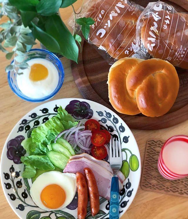 こんな時間に朝ごはんです おはようございます。 . 義実家に実家と、のんびりぬくぬくし放題だったけど . やっぱり我が家は落ち着きますな。 . 朝ごはん初めは、昨日帰り際に立ち寄った地元のパン屋『丹市パン』のコッペパン。 . 好きなの挟んで食べるよー . 岩出山家庭ハムのロースハムがとんでもない旨さ。 . 今日も良い一日を〜〜 . . . #朝からお餅がヨド〇シに行きたいと騒いでおります #妖怪ウオッチでも観せて気をそらす作戦です