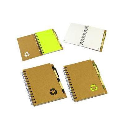 Cuaderno ecológico con tapas duras de cartón reciclado 650 gsm, 70 hojas interiores lineadas y anillado metálico doble cero. Incluye bolígrafo ecológico.