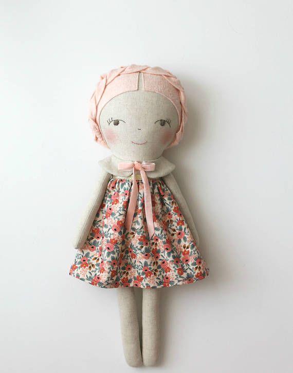 ♥ Deze dromerige pop is het perfecte cadeau voor meisjes en mooie verfraaien van de slaapkamer van een kind zou kijken. ♥ Ze komt met een licht zalm en roze bloemen jurk. Gevlochten haren in zachte roze wol blend vilt. Haar kraag heeft een overeenkomende fluweel lint. De pop is gemaakt met een weefsel van linnen / katoen mix en gevuld met fiberfill. Het gezicht is hand geborduurd en de wangen zijn gekleurd met een kind-veilig waterbasis pigment. Deze pop heirloom was liefdevol gemaakt...