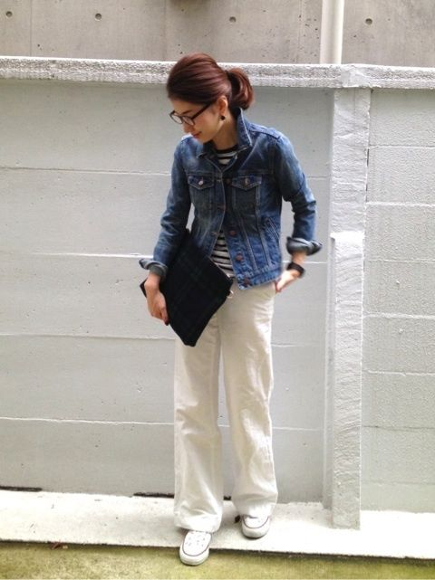 How to Layer for Spring 2017: Denim jacket outfit or jean jacket over linen pants - cute spring outfit ideas- transitional spring outfits, outfits with sneakers, girls in glasses