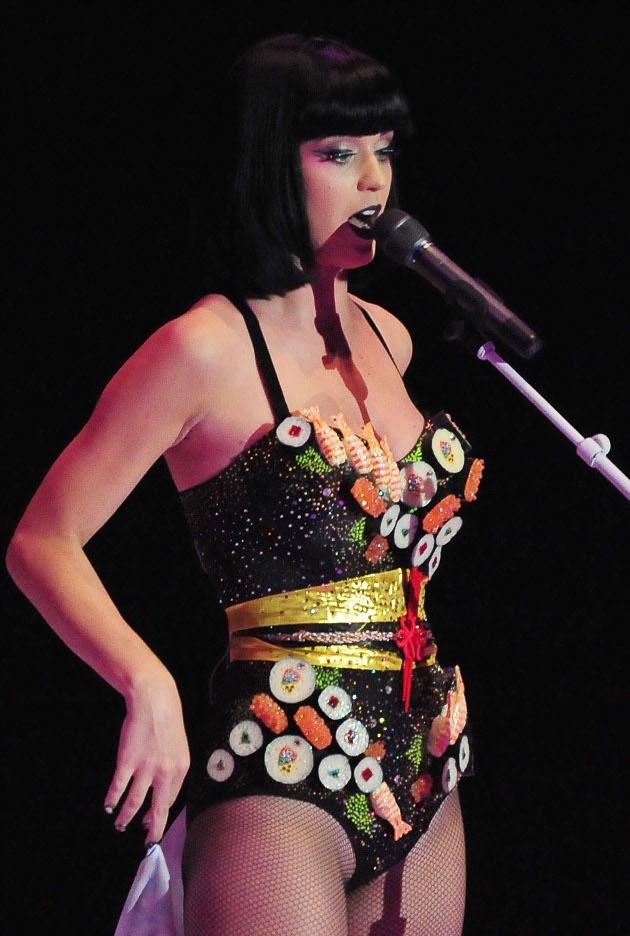 Sympatico.ca enMusique : PhotosMUSIQUE_GP_BUZZ_KATY_PERRY : 20 objets que Katy Perry a mis sur ses seins
