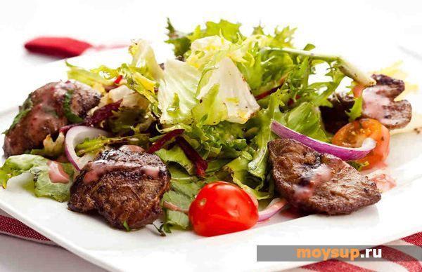 Салат с грибами, рукколой и куриной печенью