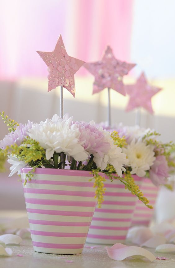 Centro de mesa com estrelinhas e flores - tons rosa bebê