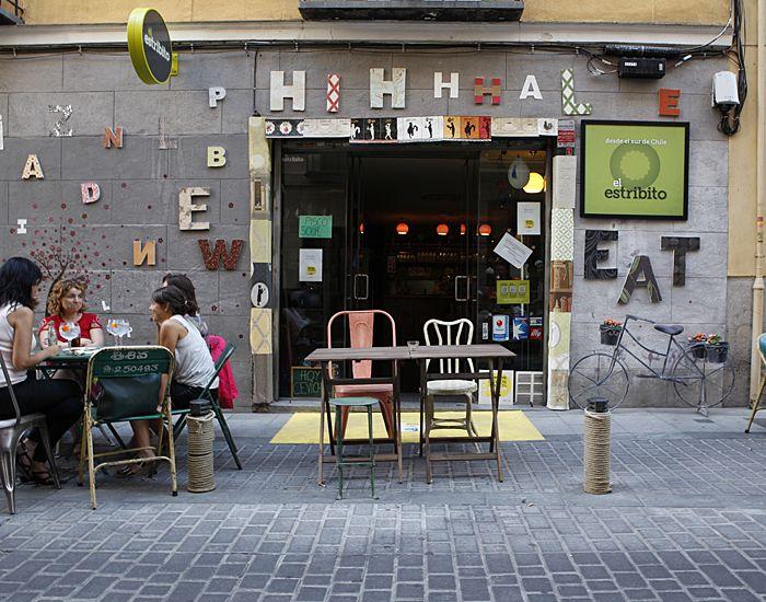 Letras grandes, pequeñas, de colores... inundan el escaparate del restaurante El Estribito, en la calle San Agustín. Un guiño al Barrio del ...