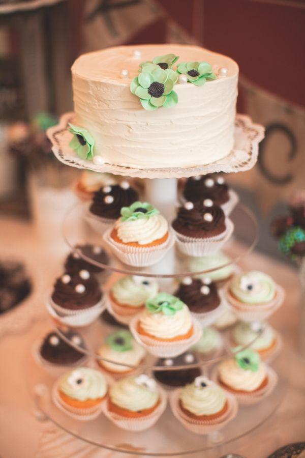 Etagere mit torte und cupcakes