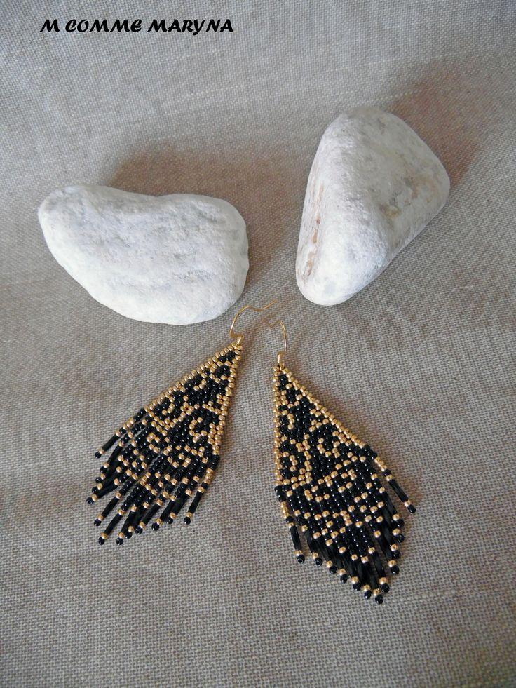 Boucles doreilles perles Miyuki tissée main Bohostyle Bohemian Bohochic indien huichol Noir et doré Petit modèle Ces boucles doreilles dinspiration ethnique dans des tons sobres vont apporter une touche final à votre tenue. Elles sont adaptées pour les oreilles percées. La