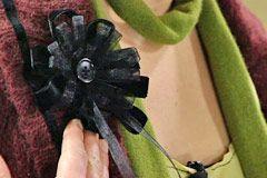 Sy fast och dekorera ev med knapp