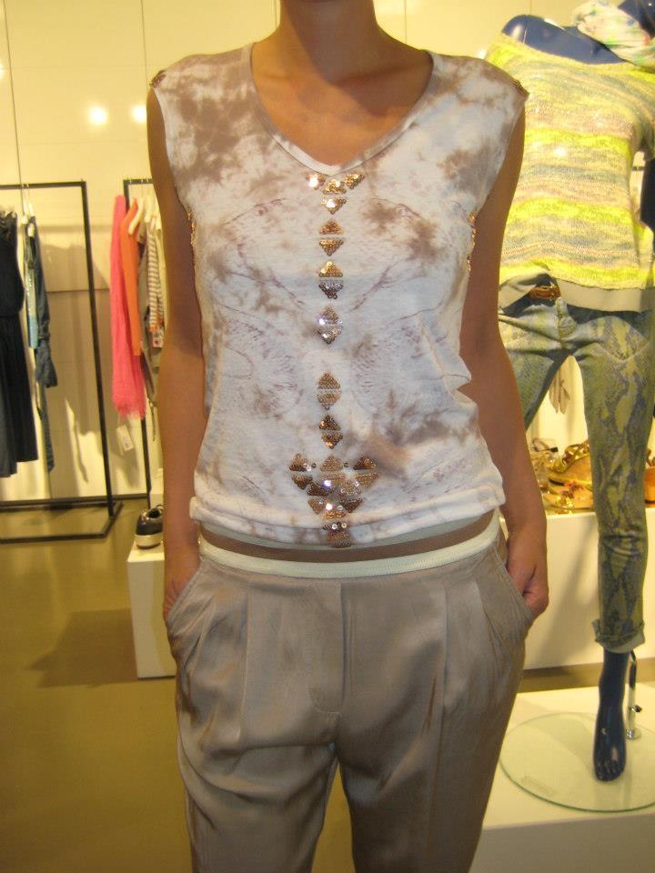 Mooie broek gecombineerd met een shirtje met kleine pailletten