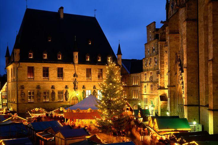 Historischer Weihnachtsmarkt in Osnabrück 113 Stände und Buden finden sich auf dem Weihnachtsmarkt, der sich zwischen Rathaus, Marienkirche, Dom und der Johanniskirche von Osnabrück. Zu den Highlights gehören die größte Spieluhr der Welt, ein sechs Meter hoher Nussknacker und ein rund 100 Jahre altes Karussell.
