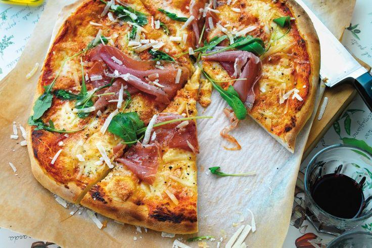 Pizza med prosciutto, rucola, parmesan och mozzarella