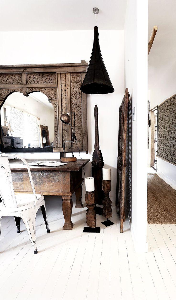 Binnenkijken   Villa in bohemian stijl. Deze schitterende villa is een vakantie woning gelegen aan de 'Goldcoast' in Byron Bay (Australië). Dit zogeheten 'Haveli House' is ingericht in bohémien stijl met daarbij Indiaanse en Indonesische invloeden. Het lichte kleurenpallet in combinatie met denatuurlijke materialen als verweerd hout, textiel als linnen en kokos bepalen voor een groot deel de zomerse en ontspannen sfeer die dit interieur uitstraalt. Het lijkt mij echt een hele fijn plek om…