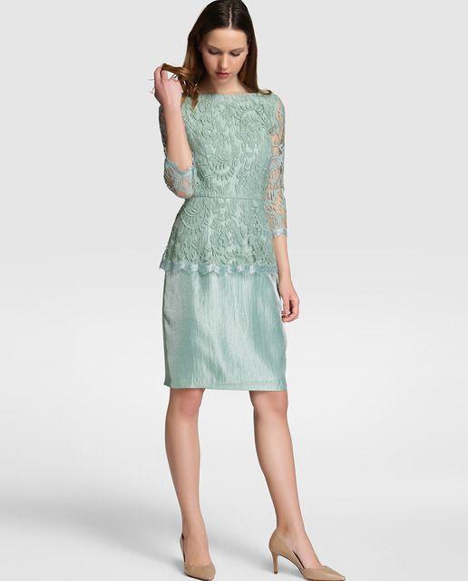 Vestido corto, en color verde agua. Con cuerpo de encaje, manga francesa y escote redondo delantero y de pico en la espalda. Falda recta, con efecto satinado.