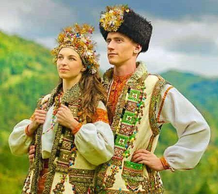Невесты разных стран  Европейские женщины традиционно предпочитают выбирать белое платье на свадьбу. Но это не всегда касается новобрачных из иных уголков мира. Жительницы Азии надевают оригинальные бисерные костюмы, а африканки наносят на лицо необычный макияж.  ОБЫЧАИ  Важным событием в жизни любой девушки является свадебное торжество. И в этот праздничный день хочется быть яркой и сногсшибательной. Современная мода предлагает множество свадебных вещиц – от классических фасонов «принцесса»…