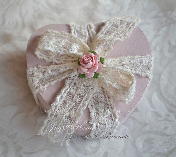 Hartvormig houten cadeaudoosje in vele kleuren met kant & roosje