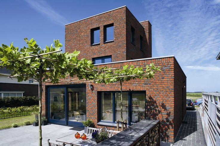 Декоративная отделка фасада коричневого цвета в современном стиле