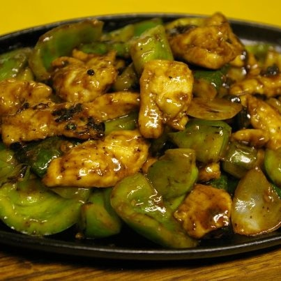 chinese chicken and bell pepper sizzling platter