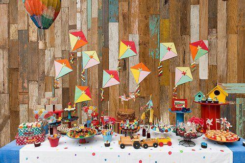 Cores alegres enfeitaram a festa charmosíssima que a Decoração do Baile montou! O tema foram as pipas, mas bolas, balões, brinquedos e bandeiras, também foram usadas na decoração! Vejam …