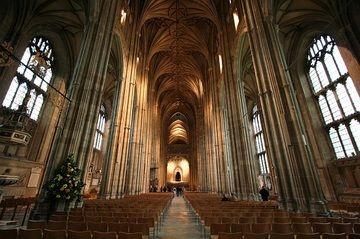 Gotische schip van de kathedraal gezien richting oosten. 15e eeuw. Er is een grote Angel-Saksische kathedraal ontdekt onder de stenen platen van het schip van de kathedraal van Canterbury. De Angel-Saksische kathedraal was bijna net zo groot als zijn Normandische opvolger. De ontdekking werd gedaan toen de vloer van het schip werd gerestaureerd.