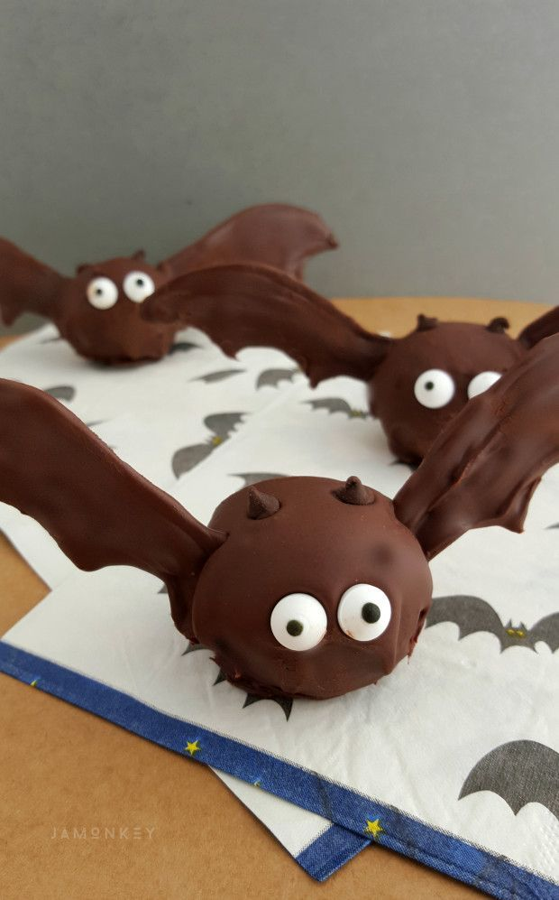 Oreo Bat Truffles Recipe - The perfect Halloween food for your little trick or treat fans.