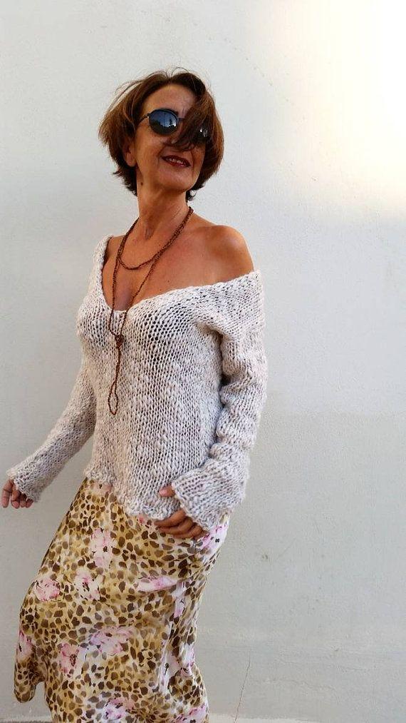 Jersey de lana, jersey blanco roto, suéter de mujer  Me gusta el blanco para el oscuro invierno y cuando vi y toqué esta lana supe que sería la perfecta para un jersey, suave, cálido y ligero, ideal para usarlo en cualquier momento tanto con vaqueros como con faldas estrechas.  He usado un hilo mezcla de 20% alpaca superfina, 30% de lana 15% viscosa y acrílico, muy muy suave. El color es blanco roto y el hilo tiene texturas gruesas y finas que lo hace irresistible  Talla S/M 36/38 E...