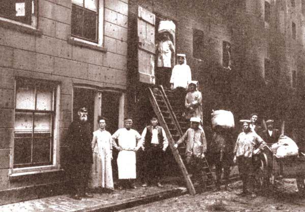 Zakkendrager in Schiedam van de schepen naar het pakhuis