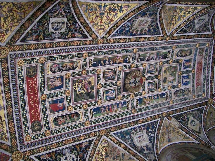 Plafond van de bibliotheek in de kathedraal van Siena, Italië