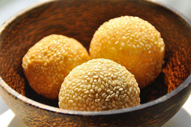 Onde-Onde zijn snacks gemaakt van kleefrijst gevuld met zoete groene bonenpasta (mungbonen). Deze sesamballen zijn Chinees, maar te krijgen in heel Azië.