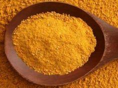 Αλλιώς: κιτρινόριζα ή χρυσόριζα! Η κουρκούμη είναι καρύκευμα. Είναι η αστραφτερή κίτρινη σκόνη που προέρχεται από το θρυμματισμό του ξερού κοτσανιού του φυτού curcuma longa – τροπικός πολυετής θάμνος που ανήκει στην οικογένεια της πιπερόριζας και τον συναντάμε κυρίως στην Ινδία και την Ινδονησία. Η κουρκούμη θεωρείται ιερό φυτό στις χώρες αυτές ιδιαίτερα στην Ινδία …
