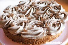 Dette er en veldig populær kake som opprinnelig kommer fra Kristiansand. Nydelig mandelbunn, som lages helt uten hvetemel, dekkes med luftig kaffe- og sjokoladekrem. En absolutt favoritt i alle selskaper!