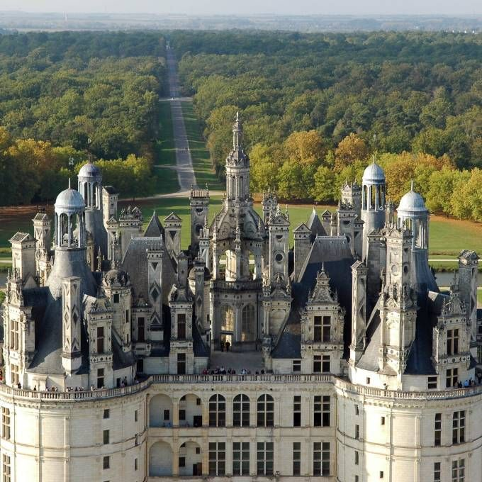 Chambord Is A Beautiful Example Of The Renaissance However It S Also Studded With Medieval Vestiges In Its Renaissance Architecture Chambord Chateau Chambord