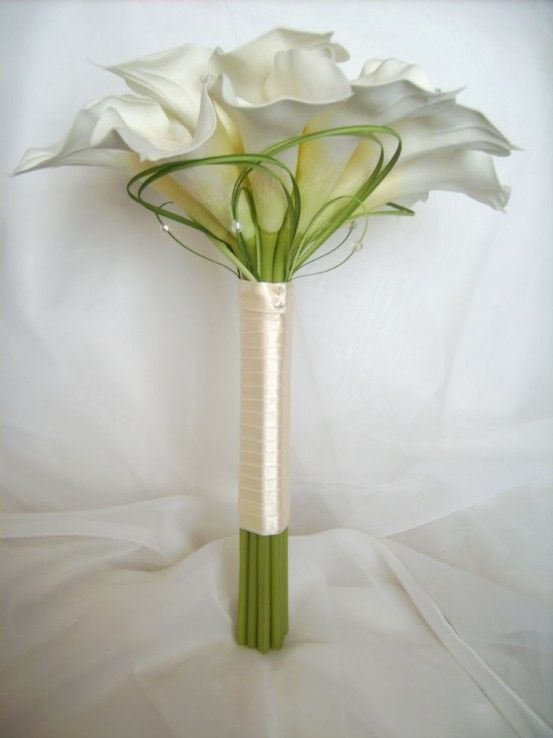 lacedinweddings: Such a simple, yet beautiful Calla Lilly bouquet