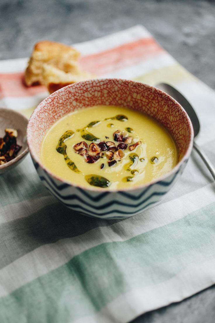 Ugyehogy ugye, amikor az aranyeső megjelenik a kertekben, a piacon? Nem, nekem nem a medvehagyma, hanem az aranyeső a tavasz, addig is, arany leves, ami még vegán is: karfiolkrémleves.